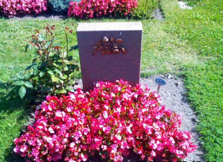 Urnengrab mit Pflegefläche Südfriedhof.jpg