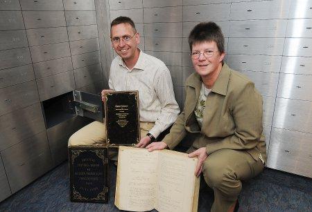 Von rechts - Birgitt Encke und Frank Brinkmann mit Stiftungsurkunde, Testament und Protokollbuch