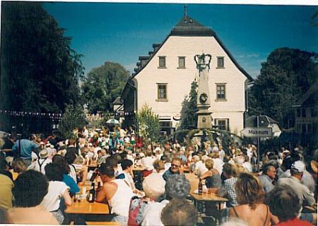 Kram und Kräutermarkt – in den 1990er Jahren noch traditionell auf dem Großbreitenbacher Marktplatz rund ums Rathaus (1998)
