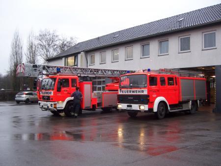 LF ST 1 und DL 7 vor der Feuerwache 7 in Porz