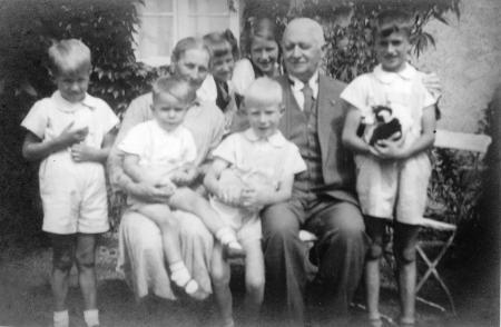 Toni und Franz Reder mit ihren Enkelkindern im Waldwinkel