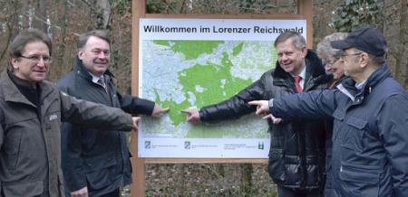 Staatsminister Helmut Brunner, MdL Karl Freller, Forstbetriebsleiter Roland Blank, Jutta Bär und Werner Gruber enthüllen die neue Wandertafel