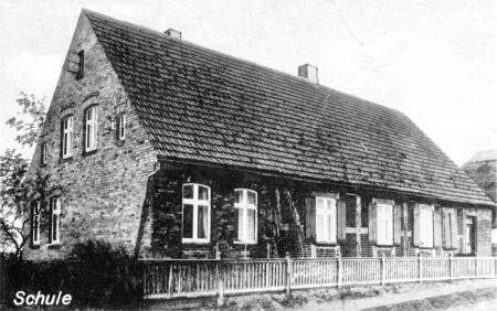 Die Schule auf einer Ansichtskarte von 1942