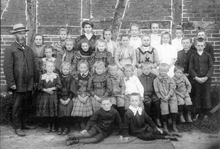 Schulklasse 1908 mit Lehrer Karl Angebauer