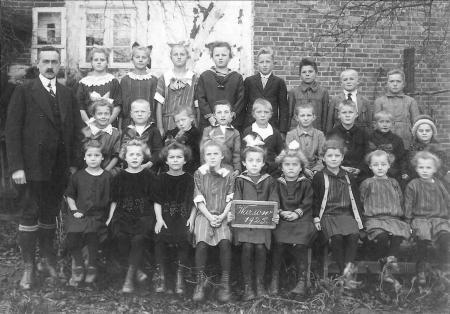 Schulklasse 1925 mit Lehrer Hermann Müller