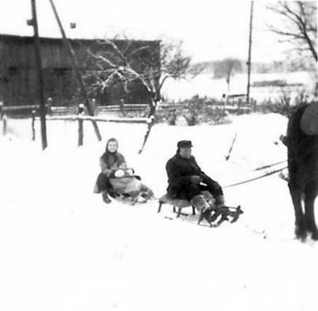 Karl Burmeister mit Bärbel und Heidi auf dem Schlitten