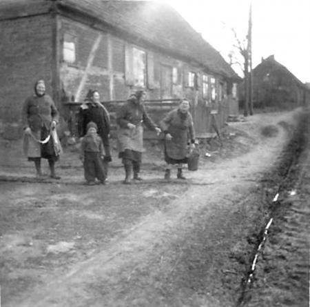 Frauen vor dem Haus Nr. 23 (früher Schoknecht)