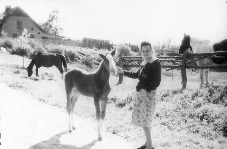 Frau Ressel gegenüber dem jetzigen Reiterhof