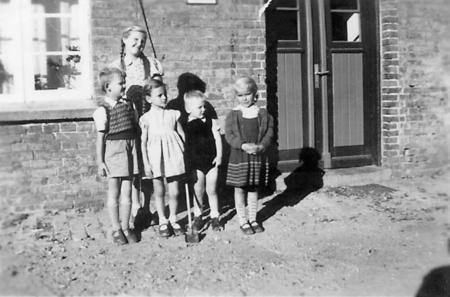 Kinder vor der Gaststätte Bury