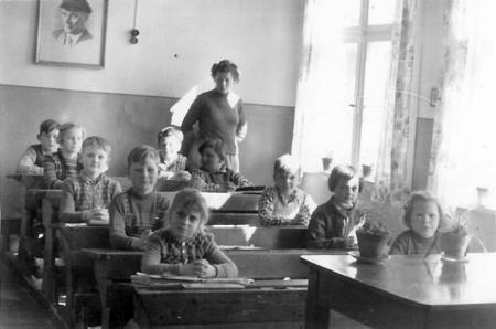 Im Schulraum (Lehrerin Stumpf)
