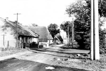 Dorfstraße mit der Scheune von Meta Grambow, Sept. 1978