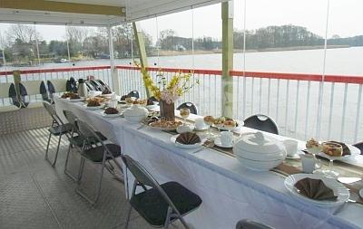 Der Tisch auf dem See ist gedeckt