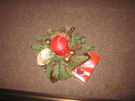 Weihnachtsgestecke, die die Schüler selbst anfertigten.jpg
