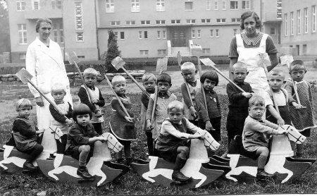 Werkskindergarten Ringstr. mit Frl. Galland 1936.jpg