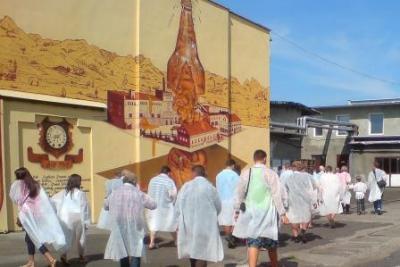 Teilnehmer beginnen den Rundgang durch die Brauerei in Witnica