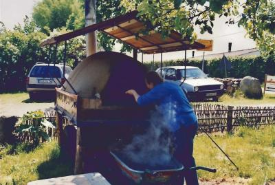 Vor 5 Jahren wurde noch im fahrbaren Lehmbackofen gebacken