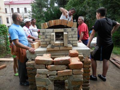 Bau des Lehmbackofens in Schluckenau