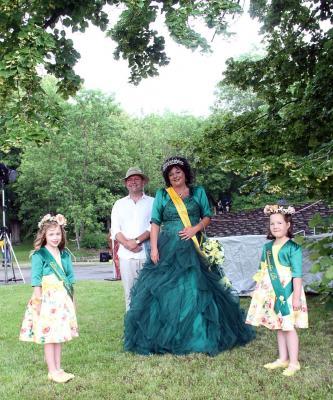 Rosenkönigin Jana mit den Blumenmädchen Pia & Enni-Lou und Bürgermeister Enno Dörnfeld