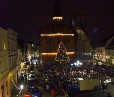 Foto: Stadt Perleberg   Beim Entzünden der Lichter ist der Marktplatz von vielen Gästen besucht