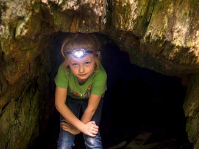 Spannung bei der Schatzsuche in der Höhle