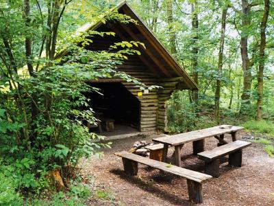 Schutzhütte mit Feuerstelle, gibt es einen schöneren Rastplatz