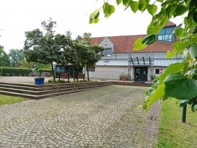 Blick auf den Burghof und die Außenterrasse des Burghof-Cafés