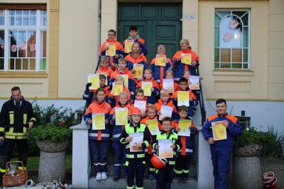 Fotoalbum Jugendfeuerwehrmitglieder erhalten Abzeichen für Kinder- und Jugendflamme