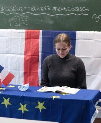 Fotoalbum Sprachkompetente Schüler lesen auf Französisch