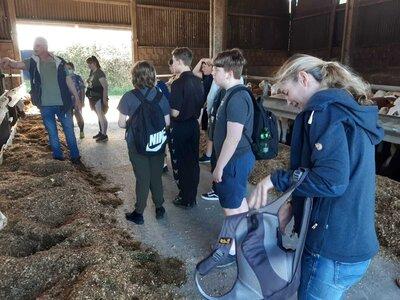 Fotoalbum Oberschüler aus Glöwen erkunden Landwirtschaftsbetrieb im Rahmen der Berufsorientierung
