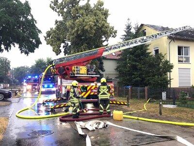 Fotoalbum Bilder vom Brandeinsatz der Freiwilligen Feuerwehr nach Blitzeinschlag in einem Mehrfamilienhaus