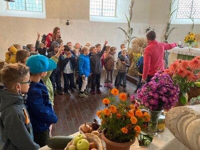 Fotoalbum Erntedank im Ethikunterricht- Besuch der Kirche Klassen 1a & 1b