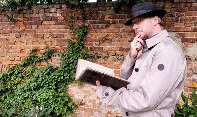 Pfarrer Geißler verwandelt sich in den biblischen Kommissar