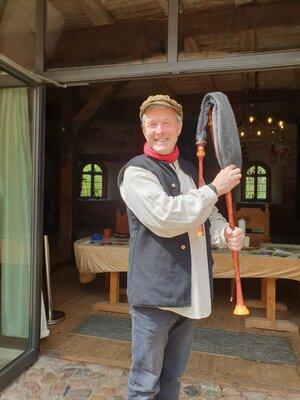 Ralf Rabe mit dem Dudelsack vor dem Rittersaal
