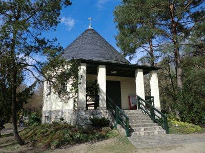 © Foto: K. Schulze – Friedhofskapelle auf dem Evangelischen Waldfriedhof Rangsdorf