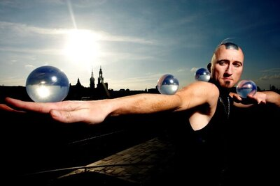 Kelvin Kalvus jongliert mit den Kugeln Quelle: Ralf der Rabe