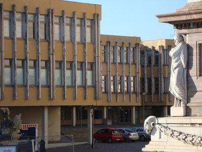 Fachhochschule Potsdam (Detail) mit Statue am Obelisken auf dem Alten Markt; Foto: Zugvogel WikimediaCom