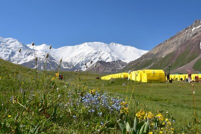 Das Basislager unterhalb des Gipfelaufbaus.