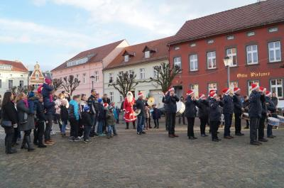 Foto des Albums: Ankunft des Weihnachtsmanns auf dem Dahmer Töpfermarkt (24.12.2016)