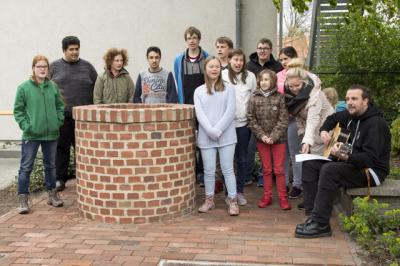Fotoalbum Brunnen, Wetterfahne und neue Sitzbank vor der Don-Bosco-Schule und dem Sonnenschein-Kindergarten