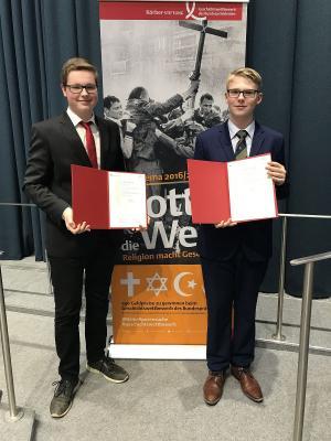 Fotoalbum Alexander Schweitzer (9b) und Christoph Walter (MSS 12) bei Geschichtswettbewerb erfolgreich