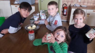 Fotoalbum Butter schütteln im Rahmen der Woche der Gesundheit und Nachhaltigkeit