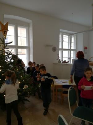 """Fotoalbum Weihnachtsbaumschmücken mit der Kita """"Kinderland"""" im Rathaus"""