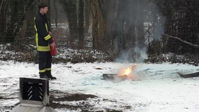 Fotoalbum Mitarbeiter der Amtsverwaltung üben Umgang mit Feuerlöscher