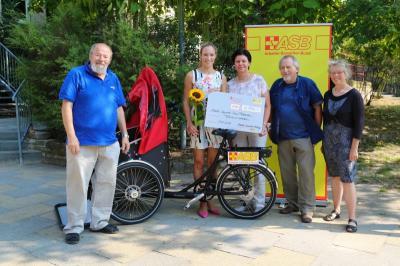 """Fotoalbum """"Fahrtwind schenken"""" –  Dr. Christine Theiss übergibt erste Rikscha an den ASB Falkensee"""