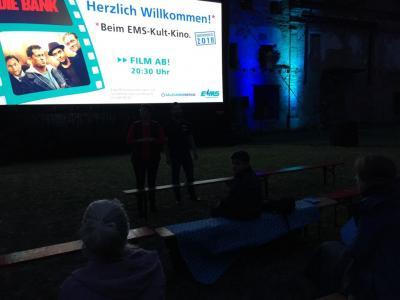 """Fotoalbum Open Air Kino Großbildleinwand zeigt """"Vier gegen die Bank"""""""