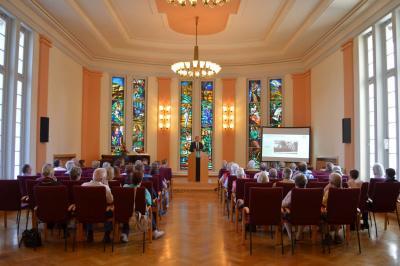 Fotoalbum Rathaus öffnete anlässlich des 100. Geburtstag am Tag des offenen Denkmals - Bürgermeister Heiko Müller und SVV-Vorsitzende Barbara Richstein präsentieren das Goldene Buch der Stadt Falkensee