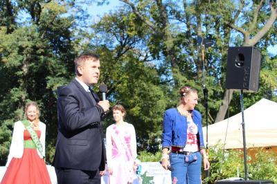 Fotoalbum Die Kremmener Erntekönigin zu Gast auf dem Oranienburger Regionalmarkt