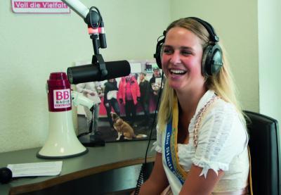Fotoalbum Erntekönigin Lara live im BB-Radio