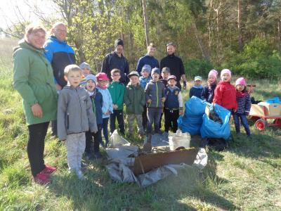 Fotoalbum Fleißige Kinder und Helfer befreien wieder den Schönower Wald von Müll
