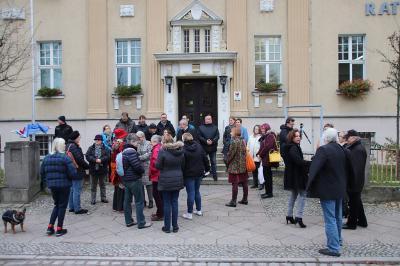 """Fotoalbum Falkensee zeigt Flagge: """"NEIN zu Gewalt an Frauen – frei leben ohne Gewalt"""""""